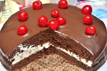 Tarta de chocolate y nata con guindas