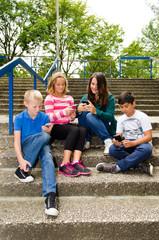 schüler beschäftigen sich mit dem smartphone
