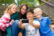 teenager machen mit dem handy gruppenfoto