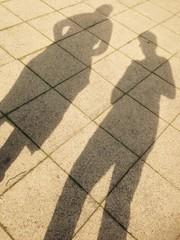 Schattenmenschen auf dem Gehweg