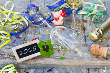 Partydekoration, Tafel und Glücksbringer auf Holz, 2015