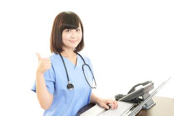 パソコンで仕事中の女医