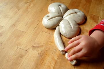 Kinderhand formt Kleeblatt