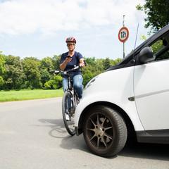 frau mit dem smartphone auf dem fahrrad