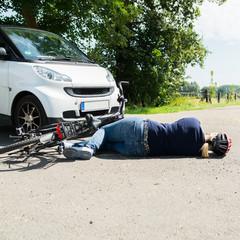 frau liegt verletzt nach fahrradunfall