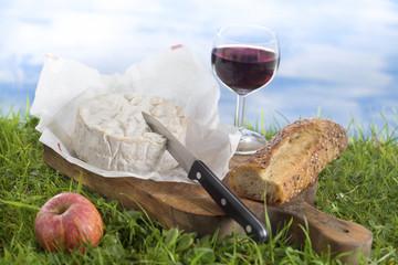Camembert, verre de vin et pain