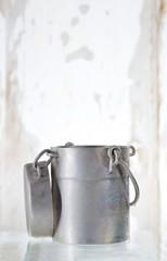 antiquité - vieux pot de lait