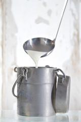 vieux pot et loouche de lait