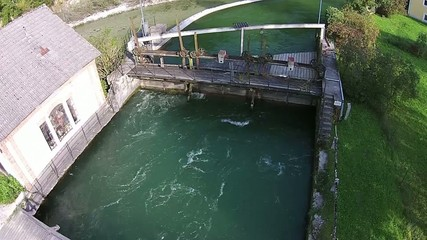 Wasser Kraftwerk, an einem klaren Fluss