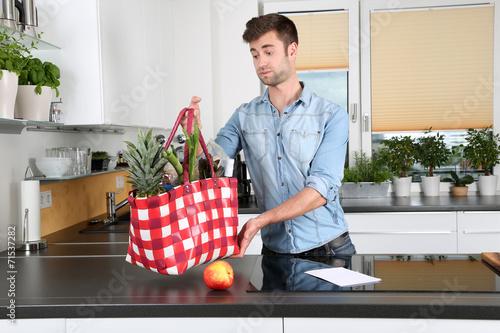 canvas print picture Mann in der Küche
