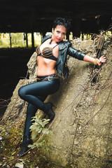 девушка брюнетка  в образе глэм-рок, в кожаной куртке и  цепях