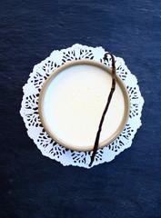 crème anglaise dans ramequin sur ardoise