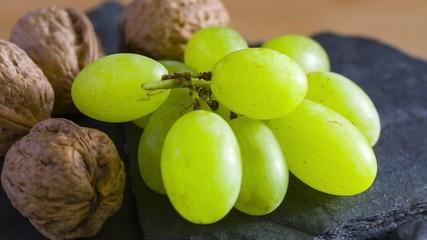 Walnüsse und Weintrauben