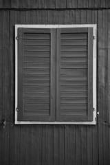 schwarzes Holzfenster mit hellem Rahmen