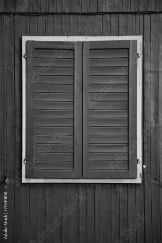 canvas print picture schwarzes Holzfenster mit hellem Rahmen