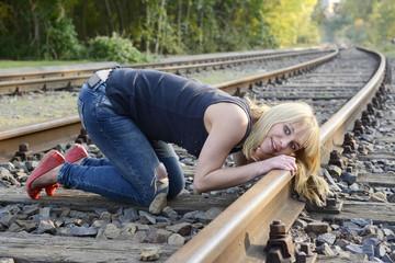 Frau horcht am Gleis