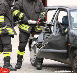 Firefighters open the car with a pneumatic shears