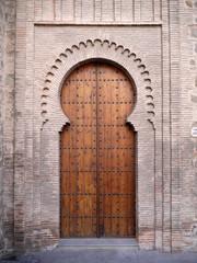 puerta mudejar, Iglesia de Santiago del Arrabal, Toledo España