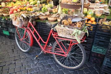 Ein Fahrrad auf einem Markt