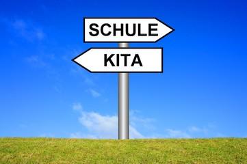 Schild Wegweiser: Kita / Schule