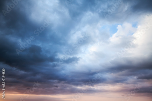 Leinwanddruck Bild Dark blue stormy cloudy sky. Natural photo background