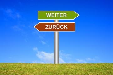 Schild Wegweiser: Weiter / Zurück