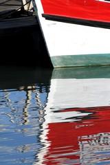 reflet de bateau dans l'eau du  port