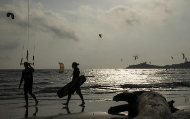 Fare surf con gli amici al tramonto