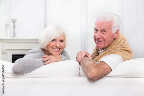 glückliches reifes Paar zu Hause - 71554220