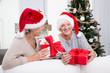 Freundinnen mit Geschenken zu Weihnachten