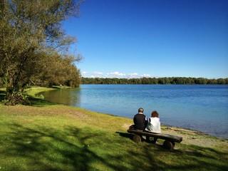 Rentnerpaar genießt sonnigen Herbst am See