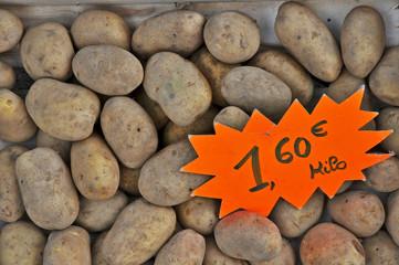 Montignac, Aquitania - verdure al mercato, patate