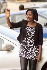 Jeune femme saluant avec un beau sourire