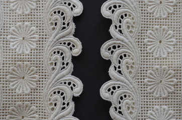 Baumwollspitze mit Blüten und Ornamenten