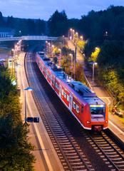 Bahnhof Haltepunkt Bahn S-Bahn Nahverkehrszug abends