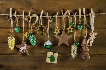 Weihnachten: Dekoration rustikal mit Gold, Braun und Grün
