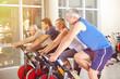 Gruppe im Fitnesscenter beim Spinning