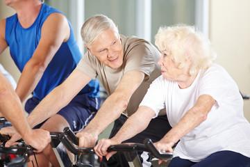 Paar Senioren redet beim Spinning Kurs