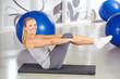 Sportliche Frau macht Gymnastik