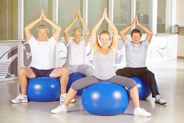 Gruppe Senioren macht Yoga im Kurs