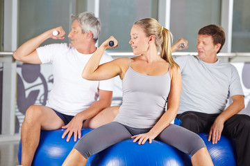 Senioren machen Hanteltraining im Fitnesscenter