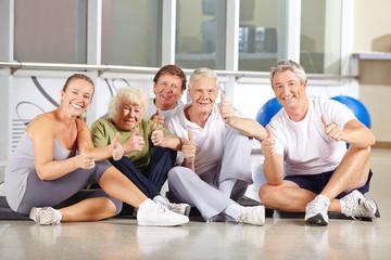 Senioren halten Daumen hoch im Fitnesscenter