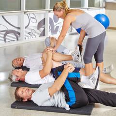 Senioren turnen im Kurs im Fitnesscenter