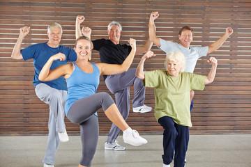 Senioren machen Bokwa Kurs im Fitnesscenter