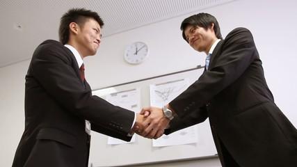 取引先との固い握手_3