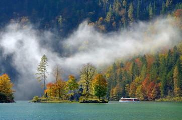 Herbst am Bergsee mit Schiff