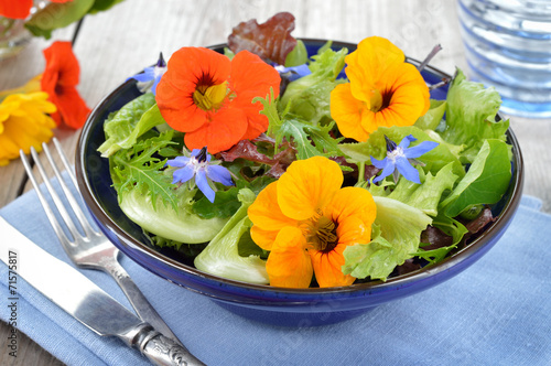 Aluminium Salade Salad with edible flowers nasturtium, borage.