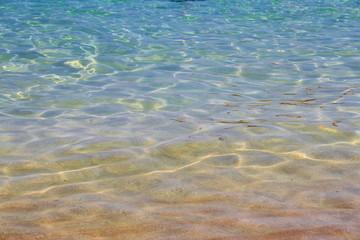 Kristallklares Meerwasser am Strand