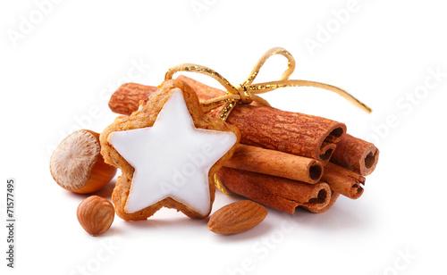 Weihnachten - Zimtstern, Zimt und Nüsse - Freisteller - 71577495