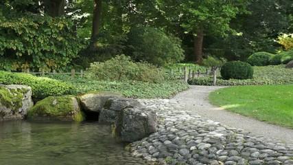 Steingarten mit einem Teich und Weg